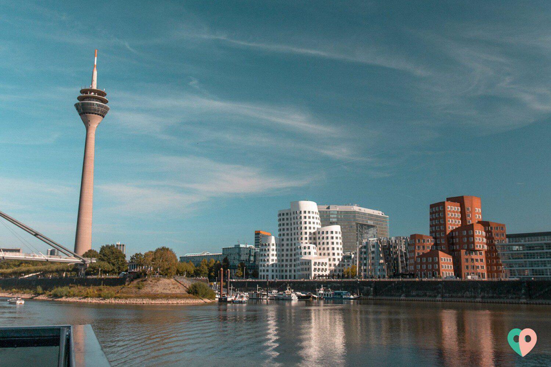 Der Düsseldorfer Medienhafen und Fernsehturm vom Boot aus gesehen
