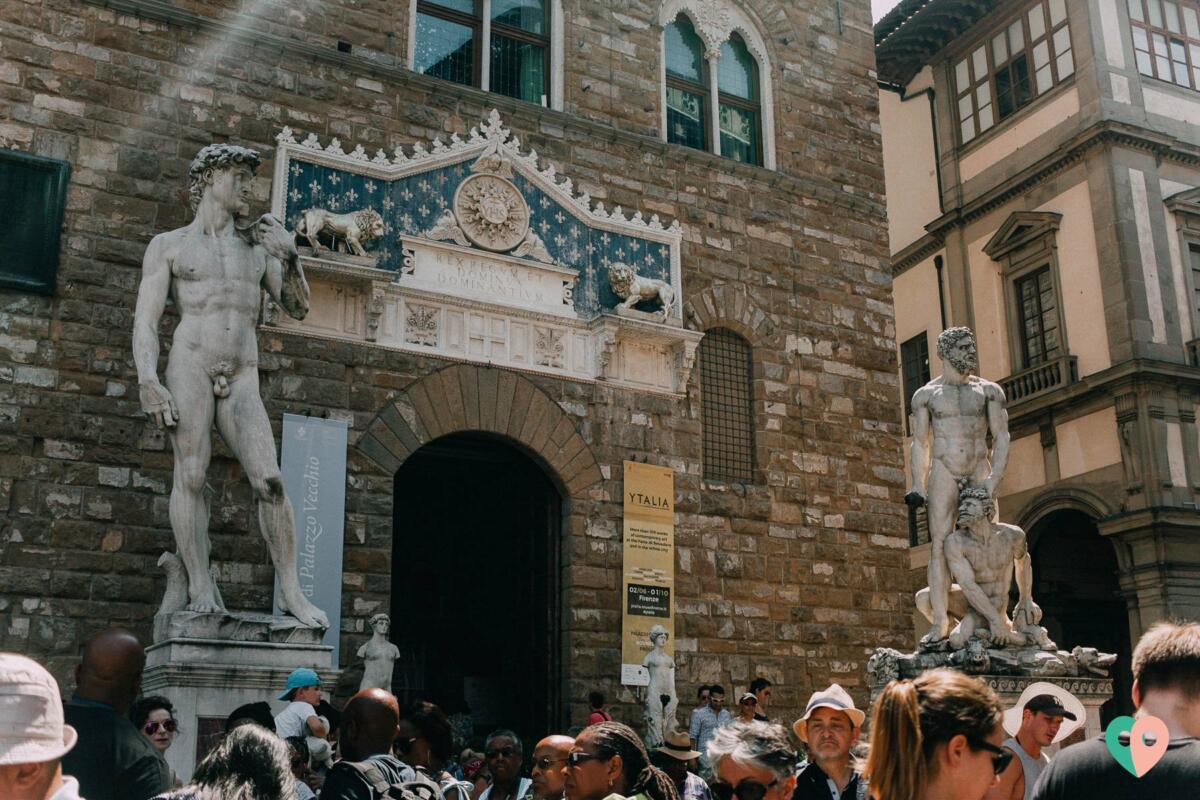 Kopie der David-Statue von Michelangelo vor dem Palazzo Vecchio, Piazza della Signoria, Florenz